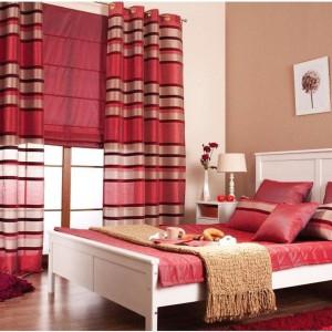 Obecność w sypialni czerwonych dekoracji, silnie oddziałujących na zmysły, podkręci romantyczny nastrój. Dla równowagi warto zastosować np. biel. Fot. Dekoria.