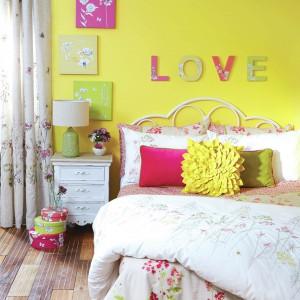 Żółta ściana może być znakomitym tłem dla kolorowych dekoracji. Taka aranżacja nada wnętrzu młodzieżowy styl. Fot. Dunelm.