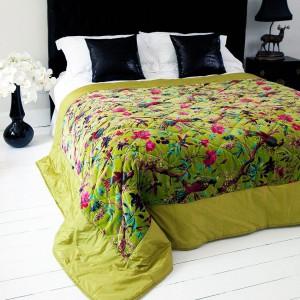 Elegancka, wzorzysta narzuta w kolorze świeżej trawy sprawi, że nawet zimą w sypialni zapanuje wiosna. Fot. The French Bedroom.