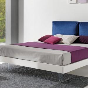 Zanim sprawimy sobie kolorowy komplet, zafundujmy sobie łóżko z zagłówkiem tapicerowanym kolorową tkaniną. Ten element ożywi wnętrze nie zaburzając jasnej aranżacji. Fot. Giessegi.