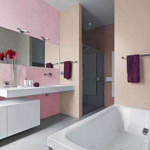 W tej łazience zdecydowano się na odważne połączenie dwóch kolorów. Na zdjęciu: ściany pomalowane farbami marki Tikurilla. Fot. Tikurilla.