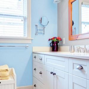 Jasny odcień niebieskiego w zestawieniu z białymi meblami tworzy lekkie, przestronne wnętrze. Na zdjęciu: ściana pomalowana farbą marki Beckres. Fot. Beckers.