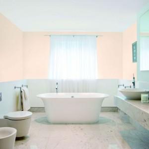Łazienka w jasnych odcieniach optycznie powiększy każde wnętrze. We wnętrzu zdecydowano się na połączenie dwóch, pastelowych odcieni. Na zdjęciu: ściany pomalowane farbami marki Śnieżka. Fot. Śnieżka.