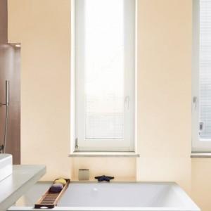 W przestronnej łazience zdecydowano się na dwa, kontrastowe kolory ścian. Na zdjęciu: ściany pomalowane farbami marki Beckers. Fot. Beckers.