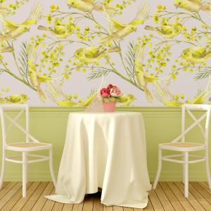 Żółcienie, dominujące na ścianie tej jadalni rozświetlają wnętrze, nadając mu jednocześnie przytulny, ciepły charakter. Ptaki, będące motywem tej fototapety, sprawiają, że możemy poczuć się bliżej natury. Fot. Minka.