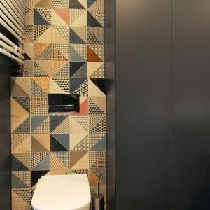 Płytki w łazience nawiązują do najmodniejszych trendów: kolorów ziemi. Wyłożono nimi strefę wc. Projekt i zdjęcia: musk collective design.