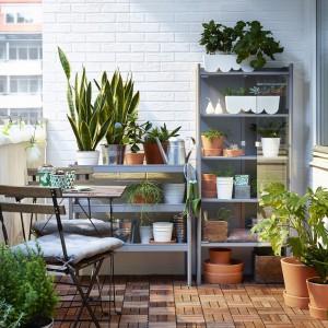 Na małych tarasach czy balkonach warto pomyśleć o fajnych, oryginalnych doniczkach, w których będziemy mogli umieścić rośliny. Fot. IKEA.