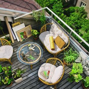 Niezbędnym wyposażeniem każdego tarasu są wygodne meble ogrodowe. Na zdjęciu: zestaw mebli wypoczynkowych Marocco. W ofercie znajdziemy stolik, fotel oraz ławkę. Fot. Castorama.