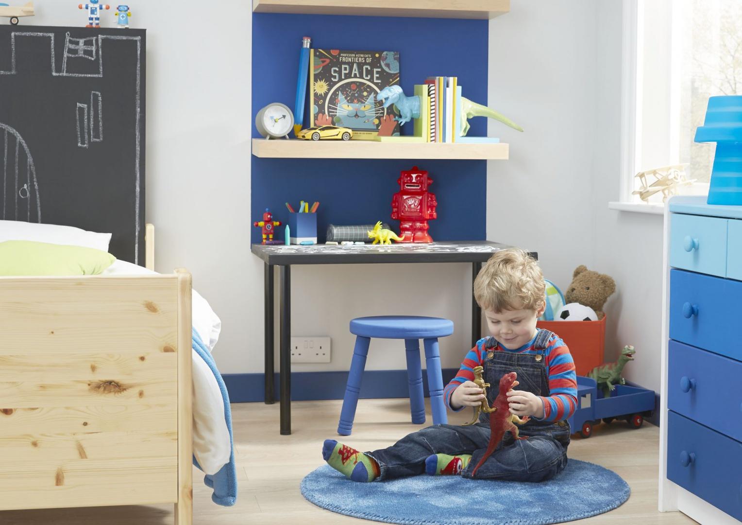 Pokój przedszkolaka powinien uwzględniać przestrzeń do zabawy, która wypełnia większość czasu, ale też rysowania i nauki pisania pierwszych słów. Fot. Colours at B&Q.