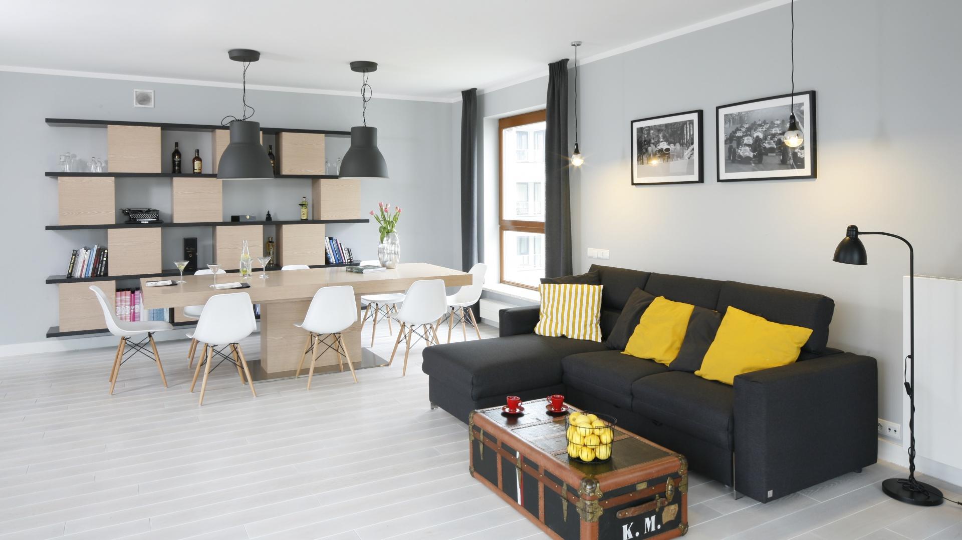Przestrzeń salonu to królestwo oszczędnej elegancji. Zamiast dywanów mamy tu naturalna deskę dębową, a obszerny zestaw wypoczynkowy zastąpił elegancki narożnik. Projekt: Maciejka Peszyńska-Drwes. Fot. Bartosz Jarosz.