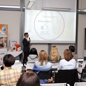 Ostatnim wystąpieniem była prelekcja Grzegorza Kuczyńskiego, wiceprezesa firmy Publikator, który opowiedział architektom o możliwościach promocji w mediach społecznościowych. / fot. Bartosz Jarosz