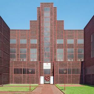 Muzeum Red Dot Design w budynku na terenie kompleksu przemysłowego Zollverein. To tutaj mieści się największa wystawa współczesnego wzornictwa na świecie. Fot. Red Dot Design Museum/Ruhr Museum.