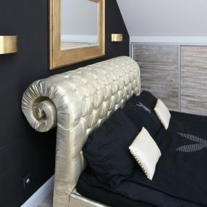 Glamourowy klimat w sypialni kreują pozłacane dekoracje: lustro w ozdobnej ramie oraz dekoracyjne kinkiety. Fot. Bartosz Jarosz.