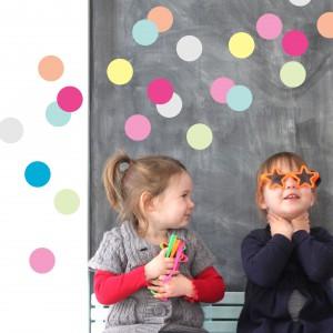 Szara lub biała tapeta w kolorowe kółka to uniwersalna dekoracja, która przypadnie do gustu zarówno dziewczynkom, jak i chłopcom. Fot. Littleville.