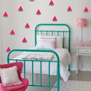 Biała tapeta ozdobiona cząstkami soczystego, słodkiego arbuza to idealna dekoracja pokoju małej dziewczynki. Może przekona córkę, do jedzenia owoców? Fot. Littleville.