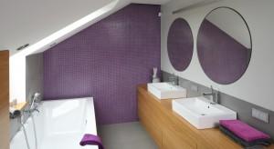 Jeżeli z łazienki korzystają dwie osoby - pan i pani domu, których sypialnia jest tuż obok - warto urządzić ją tak, aby oboje czuli się komfortowo. Nawet korzystając z łazienki jednocześnie.