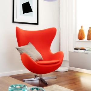 W sali TV odnajdziemy niespodziewany, designerski akcent w postaci słynnego fotelu Egg projektu Arne Jacobsena. Żywym kolorem ociepla wnętrze, a elegancką, lekko fantazyjną formą nadaje mu elegancję. Projekt: LLI Design. Fot. Zdjęcia: Alex Maguire Photography.