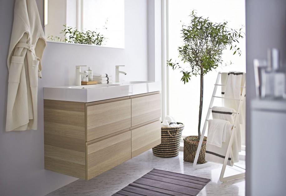 Szafka Godmorgon/ Braviken pod umywalkę z czterema szufladami. Dostępna w kilku odcieniach, na zdjęciu szafka z wykończeniem przypominającym dąb bejcowany. Fot. IKEA.