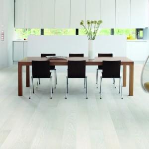 Panele podłogowe z oferty marki Timberwise w bardzo jasnym odcieniu drewna. Fot. Timberwise.