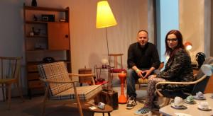 Podczas Targów Rzeczy Ładnych w Warszawie można było zauważyć zainteresowaniem meblami stylizowanymi na czasy PRLu. Jak mają się one do dzisiejszego designu? Z Martą Maciołek i Sebastianem Wróblewskim z Vintage Store, rozmawiał Piotr Sawczuk.