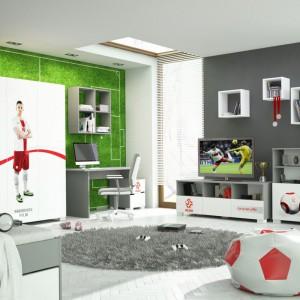 Meblościankę Kadra Pl marki Meblik tworzą praktyczne moduły przeznaczone do ustawienia, jak i powieszenia na ścianie. Motywem rozpoznawczym  zestawu dla chłopców są hasła, logo polskiej reprezentacji, czy wzór piłki wykonane perfekcyjną techniką grawerowania frontów. Fot. Meblik.