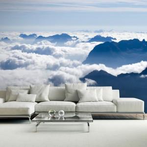 Fototapeta z motywem chmur na górskich szczytach - oddalony horyzont stwarza poczucie głębi. Fot. Picassi.pl.