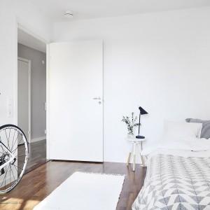Jedną z czterech sypialni wykończono w bieli - z białymi ścianami, sufitem i zabudową meblową. Panuje tutaj czysty, niemal sterylny klimat, potęgowany przez dużą ilość wolnego miejsca przy ścianie (wystarczającą na ustawienie dużego roweru) równoległej do ściany, przy której zlokalizowano łóżko. Fot. Vastanhem.