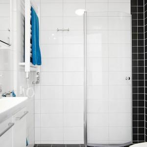 W mniejszej łazience panuje konsekwencja kolorystyczna w stosunku do jej większego odpowiednika - postawiono na czerń i biel, choć kolor biały wiedzie tutaj prym, optycznie powiększając niewielką przestrzeń. Fot. Vastanhem.