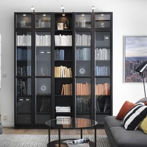 Książki przechowywane na odkrytych półkach wyglądają efektownie, jednak trzeba regularnie pamiętać o ich odkurzaniu. Oszklone witryny pomogą chronić księgozbiór przed kurzem. Regał Billy to propozycja sklepu IKEA. Posiada regulowane półki i dostępny jest w kilku kolorach. Wymiary 200x237x28 cm, cena 1.657 zł. Fot.  IKEA.