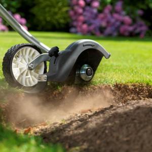 Krawędziarka przeznaczona do formowania trawników SSET E z wielofunkcyjnego narzędzia Honda Versatool. Wymienne narzędzia podłączane są do jednostki napędowej za pomocą szybkozłącza, służą do koszenia, wyrównywania krawędzi trawników, spulchniania wąskich grządek gleby pod uprawy kwiatów i warzyw, formowania krzewów i żywopłotów, przycinania gałęzi drzew a także usuwania liści i innego rodzaju drobnych zanieczyszczeń z powierzchni trawnika, tarasu i ścieżek. Fot. Honda.