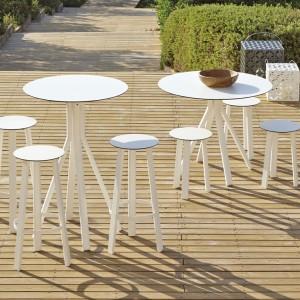 W kolekcji Stack znajdziemy także oryginalne stoliki i stołki. Fot. Gandia Blasco.