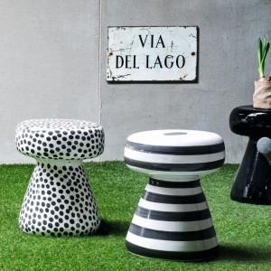 Ceramiczne pufy to meble z kolekcji InOut 44. Projekt: Paola Navonca. Fot Gervasoni.