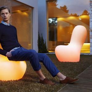 Świecące meble z kolekcji Sabinas dostępne w szerokiej palecie kolorów. Fot. Vondom.