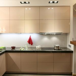 Oświetlenie w spodach szafek i w okapie kuchennym oświetla powierzchnię roboczą. Wspomagają je lampy zamontowane w suficie. Projekt: Kuba Kasprzak, Paweł Kasprzak. Fot. Bartosz Jarosz.