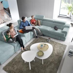 Belluno to nowoczesna linia mebli modułowych marki Gala Collezione, oferująca system płynnego rozkładania siedzisk za pomocą elektrycznych sensorów. Ciekawym elementem jest ruchoma pufa oraz wielofunkcyjny barek opcjonalnie wyposażony w system audio. Fot. Gala Collezione.