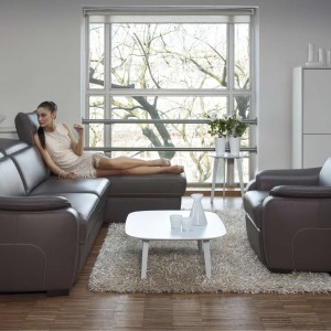 Zestaw wypoczynkowy Romanza od Kler to fotel i sofy 2- i 3-osobowe oraz podnóżek. Moduł z przedłużonym siedziskiem, daje możliwość wygodnego wyprostowania nóg. Zagłówki regulowane do jednej z czterech pozycji. Wyposażenie dodatkowe: funkcja relaksacyjna – manualnie lub elektrycznie sterowany mechanizm odchylania oparcia i wysuwania podnóżka. Fot. Kler.