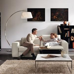 Włoska marka Natuzzi Italia posiada w ofercie sofę Brio, która jest kwintesencją relaksu. Ruchome oparcie sterowane jest elektronicznie, a poduszki dostosowują się wygodnie do kształtu ciała. Fot. Natuzzi Italia.