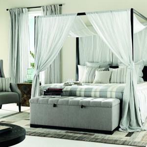 Łóżko z baldachimem to  nieodłączny element wyposażenia  bajkowych sypialni. Jeśli wiec chcesz  poczuć się jak prawdziwa  księżniczka, zadbaj o elegancki  baldachim nas posłaniem. Fot.  Mark Alexander.