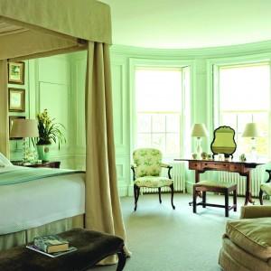 W sypialni eleganckiej kobiety nie  może zabraknąć toaletki z lustrem.  Uzupełniona o wygodne krzesło lub  fotel zapewni gospodyni odrobinę  prywatnego luksusu o poranku. Fot.  Baeuderest.