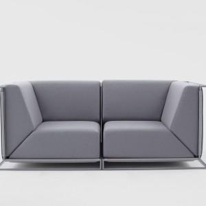 Comforty do współpracy nad swoją kolekcją zaprosiło również projektantów z zagranicy. Na zdjęciu: sofa Floating, zaprojektowana przez Philippe Negro. Oryginalne wzornictwo mebla, sprawia wrażenie, jakby jego tapicerowana część unosiła się w powietrzu. Fot. Ernest Wińczyk.