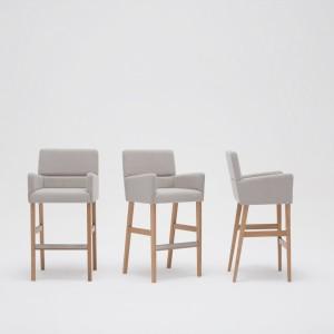 Na targach iSaloni nie mogło zabraknąć polskiej firmy Paged, która zaprezentowała swoją nową kolekcję. Wśród pokazanych produktów znalazł się tapicerowany fotel ZAP, zaprojektowany przez Tomka Rygalika. Mebel wyróżniają płaskie powierzchnie i wyraźnie zaznaczone kąty. Fot. Ernest Wińczyk.