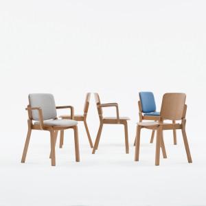 Paged pokazał również rodzinę krzeseł Hip, zaprojektowanych przez Nikodema Szpunara. Meble przyciągają wzrok zaokrągloną formą i rozchodzącymi się na boki nogami (ale tylko tylne, co tworzy ciekawy efekt wizualny). Fot. Ernest Wińczyk.