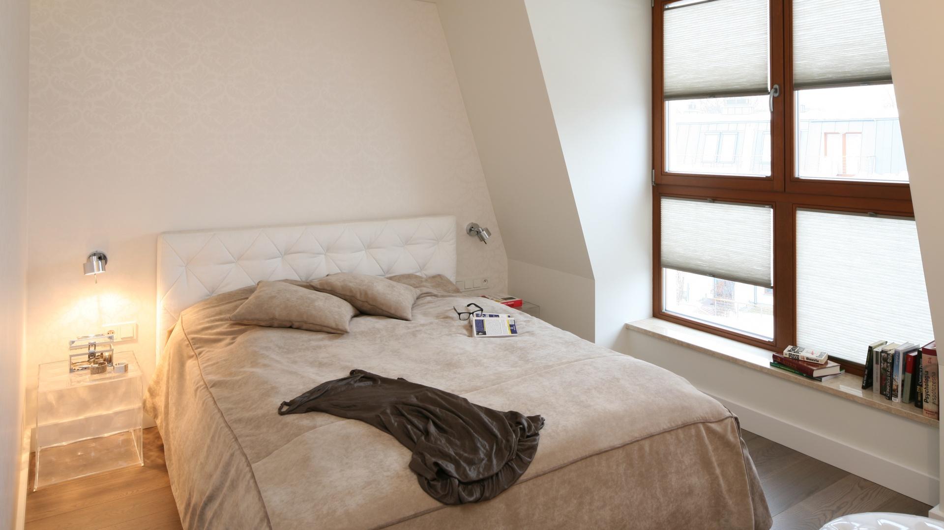 Duże okno otwiera przestrzeń sypialni powiększając ją optycznie. Transparentne kubiki, zamiast tradycyjnych stolików nocnych, dodają wnętrzu lekkości. Projekt: Małgorzata Borzyszkowska. Fot. Bartosz Jarosz.