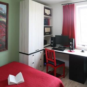 Przestrzeń przy oknie wykorzystano na zorganizowanie domowego gabinetu. Klasyczne biurko, regał i czerwone krzesło tworzą warunki do pracy w domu. Projekt: Marta Kruk. Fot. Bartosz Jarosz.