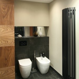 Stojące sanitariaty o ciekawej formie doskonale sprawdzą się w większych łazienkach. Projekt: Luiza Jodłowska. Fot. Bartosz Jarosz.
