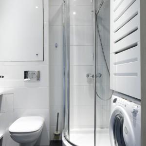Liczne schowki w łazience pozwalają na łatwe utrzymanie porządku. Nad pralką ukryto gazowy podgrzewacz wody. Fot. Bartosz Jarosz.