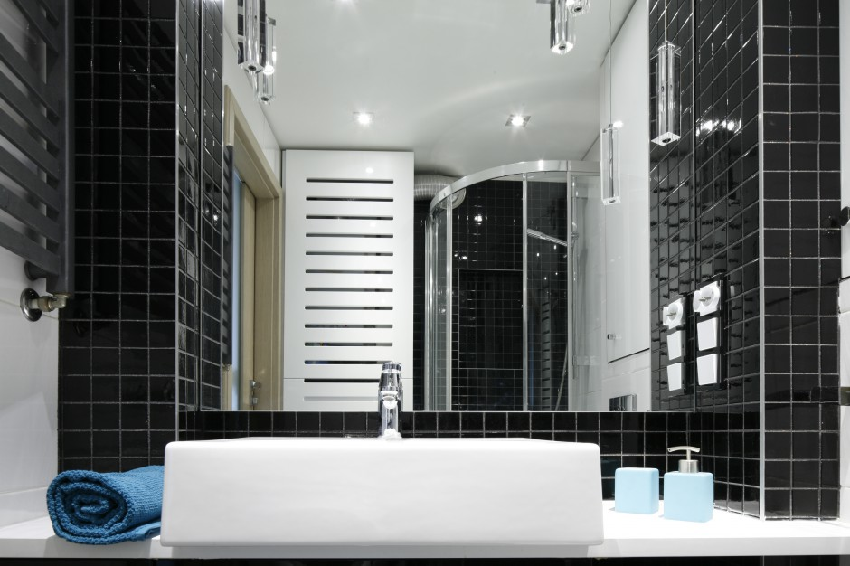 Prostokątną umywalkę umieszczono na białym blacie szafki wykonanej na wymiar. Fot. Bartosz Jarosz.