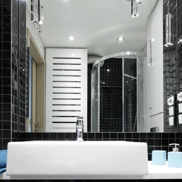 Mała łazienka w czerni i bieli