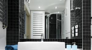 W tej łazience maksymalnie wykorzystano każdy centymetr powierzchni. Funkcjonalny układ połączono z klasycznym zestawem bieli i czerni, dzięki czemu powstało piękne, ponadczasowe wnętrze.