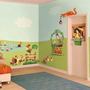 Naklejki dekoracyjne świetnie wyglądają nie tylko na ścianach, ale także na meblach, lustrach i drzwiach. Wszędzie wprowadzają przyjemne ożywienie. Seria Happy Farm marki Leo Stickers. Fot. Leo Stickers.